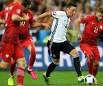 Germany's midfielder Mesut Oezil (C) vies for the ball against Poland's midfielder Jakub Blaszczykowski (R) during the Euro 2016 group C football match between Germany and Poland at the Stade de France stadium in Saint-Denis near Paris on June 16, 2016. / AFP PHOTO / LIONEL BONAVENTURE