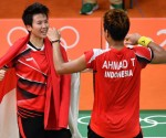 Indonesia's Tontowi Ahmad (R) and Indonesia's Liliyana Natsir react after winning against Malaysia's Liu Ying Goh and Malaysia's Peng Soon Chan during their mixed doubles Gold Medal badminton match at the Riocentro stadium in Rio de Janeiro on August 17, 2016, at the Rio 2016 Olympic Games. / AFP PHOTO / Ben STANSALL