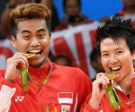 Gold medalists Indonesia's Tontowi Ahmad (L) and Indonesia's Liliyana Natsir hold their medals on the podium following the mixed doubles Gold Medal badminton match at the Riocentro stadium in Rio de Janeiro on August 17, 2016, at the Rio 2016 Olympic Games. / AFP PHOTO / GOH Chai Hin